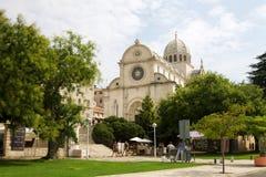与圣詹姆斯的大教堂的Shibenik都市风景 库存照片
