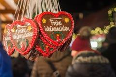 与圣诞快乐的几姜饼心脏用在a.c.的德语 图库摄影