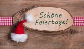 与圣诞快乐的消息和方格的丝带的木标志 免版税图库摄影