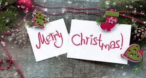 与圣诞快乐的装饰标志和题字的圣诞卡在白皮书的 库存图片