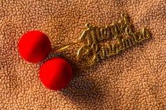 与圣诞快乐词的红色球在织品,静物画 库存图片