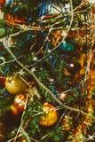 与圣诞树、装饰和闪亮金属片的被弄脏的圣诞节背景 免版税库存图片