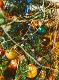 与圣诞树、装饰和闪亮金属片的被弄脏的圣诞节背景 库存照片