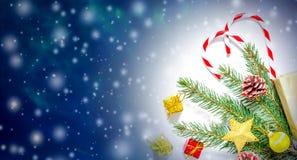 与圣诞树分支、玩具和甜点的美好的圣诞节和新年的背景 库存图片