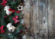 与圣诞树分支的圣诞节木背景和与雪的圣诞节装饰 美好的圣诞节设计例证向量 库存图片