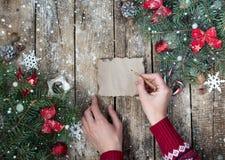 与圣诞树分支的圣诞节木背景和与雪的圣诞节装饰 美好的圣诞节设计例证向量 免版税库存图片