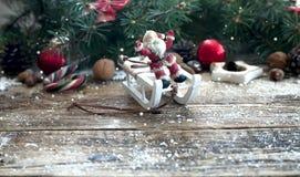 与圣诞树分支的圣诞节木背景和与雪的圣诞节装饰 美好的圣诞节设计例证向量 免版税库存照片