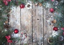 与圣诞树分支的圣诞节木背景和与雪的圣诞节装饰 美好的圣诞节设计例证向量 免版税图库摄影