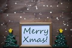 与圣诞树和文本快活的Xmas,雪花的画框 免版税图库摄影