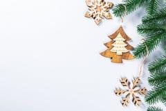 与圣诞树和木装饰的分支的圣诞节框架在白色背景 简单的圣诞节构成w 免版税库存照片
