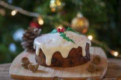 与圣诞树和装饰品的圣诞节蛋糕 免版税图库摄影