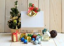 与圣诞树和装饰品的空白的白色并条机 库存图片