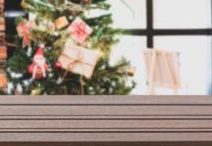 与圣诞树和装饰品背景的板条木上面 免版税库存图片