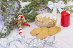 与圣诞树和装饰的圣诞卡 欢乐看板卡的圣诞节 免版税库存图片