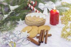 与圣诞树和装饰的圣诞卡 欢乐看板卡的圣诞节 图库摄影