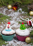 与圣诞树和雪人的欢乐杯形蛋糕 库存图片