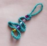 与圣诞树小珠的钩针编织钥匙链 库存照片