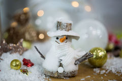 与圣诞树球的雪人 免版税图库摄影