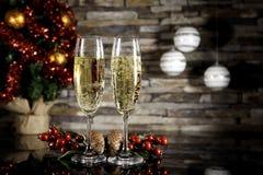 与圣诞树的两块香槟玻璃 免版税库存照片