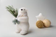 与圣诞树的北极熊冬天 免版税库存照片