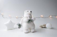 与圣诞树的北极熊冬天 库存图片