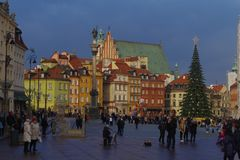 与圣诞树的华沙晴朗的城堡正方形 库存照片