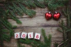 与圣诞树的图片分支,与第2018年和两红色心脏的块 库存照片