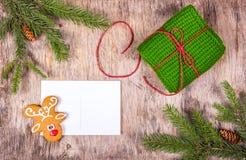 与圣诞树的圣诞节背景和姜饼和一张干净的明信片 祖母` s被编织的礼物 图库摄影