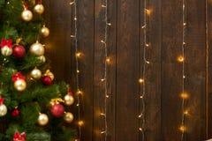 与圣诞树的抽象木背景和光,经典黑暗的内部背景,文本的,寒假骗局拷贝空间 免版税库存照片