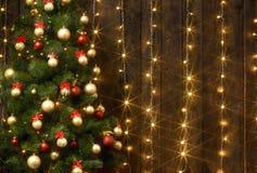 与圣诞树的抽象木背景和光,经典黑暗的内部背景,文本的,寒假骗局拷贝空间 库存照片