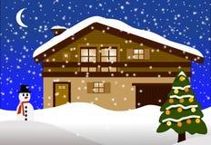 与圣诞树的木瑞士山中的牧人小屋 皇族释放例证