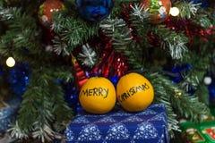 与圣诞树的桔子 免版税库存照片