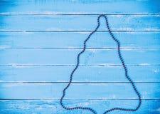 与圣诞树的概述的抽象蓝色木背景 库存照片