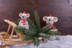 与圣诞树的老鼠在木独轮车 库存图片