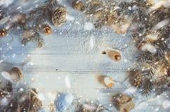与圣诞树的背景装饰了分支 库存图片