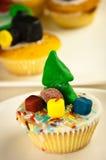 与圣诞树的自创杯形蛋糕 库存照片