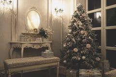 与圣诞树的葡萄酒内部 免版税库存图片