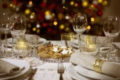 与圣诞树的被摆的桌子 免版税库存图片