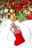 与圣诞树装饰的欢乐桌餐位餐具 免版税图库摄影