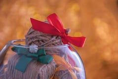 与圣诞灯和欢乐球的圣诞节背景 免版税库存图片