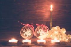 与圣诞灯的圣诞节装饰在木桌上 被定调子的图象 免版税库存照片
