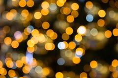 与圣诞灯的黄色,黑暗和红色背景boken 免版税图库摄影