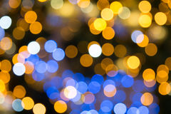 与圣诞灯的黄色,黑暗和红色背景boken 库存照片