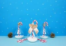 与圣诞老人、装饰圣诞树、礼物和棒棒糖的圣诞节构成 免版税库存照片