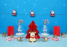 与圣诞老人、装饰圣诞树、礼物和棒棒糖的圣诞节构成 库存照片