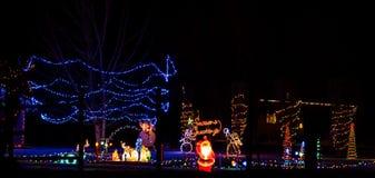 与圣诞老人、饲槽、雪人等等的经典圣诞节围场场面 库存图片
