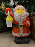 与圣诞老人和圣诞树的圣诞节内部 免版税库存照片