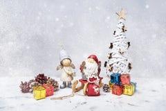 与圣诞老人和小礼物的圣诞节构成 库存照片