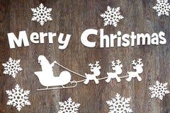 与圣诞老人和鹿字符的圣诞快乐木背景 免版税库存照片