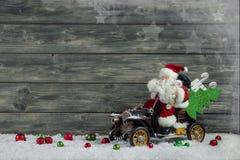 与圣诞老人和xmas礼物的滑稽的圣诞节贺卡 免版税库存图片